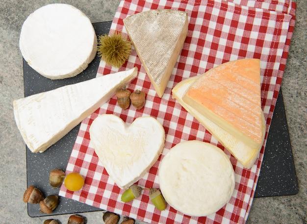 Unterschiedlicher französischer käse auf einem schiefer
