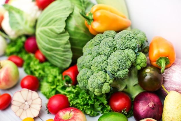 Unterschiedlicher kohl und frisches gemüse. gesundes essen.