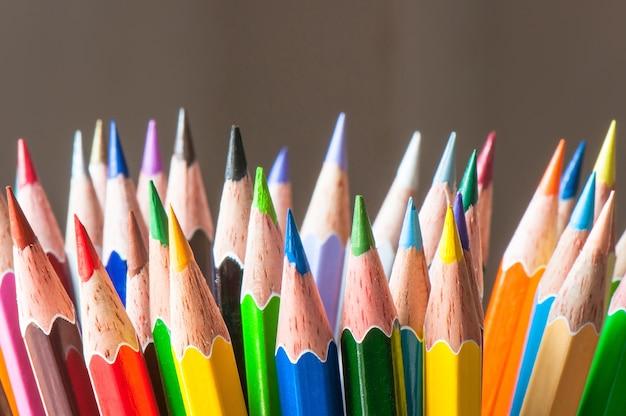 Unterschiedlicher mehrfarbenbleistift, bildung und kunstwerkzeugkonzeptversorgung
