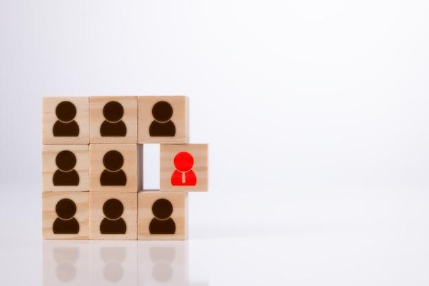 Unterschiedliches denken und menschliches entwicklungskonzept zeichnet das rote management-symbol aus