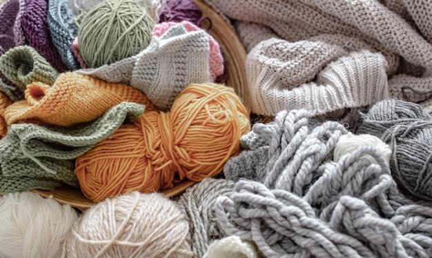 Unterschiedliches garn zum stricken in pastellfarben und leuchtenden farben.