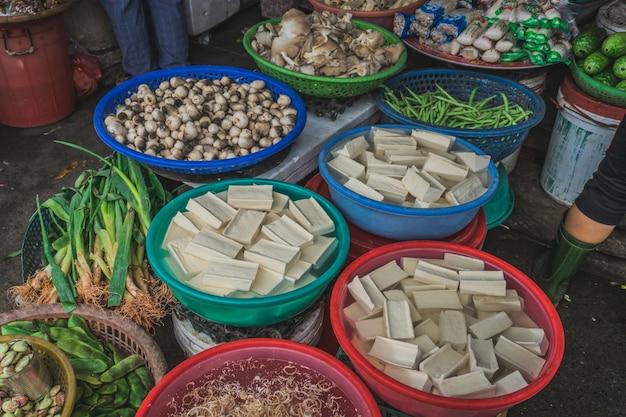 Unterschiedliches gemüse auf einem straßenmarkt in asien