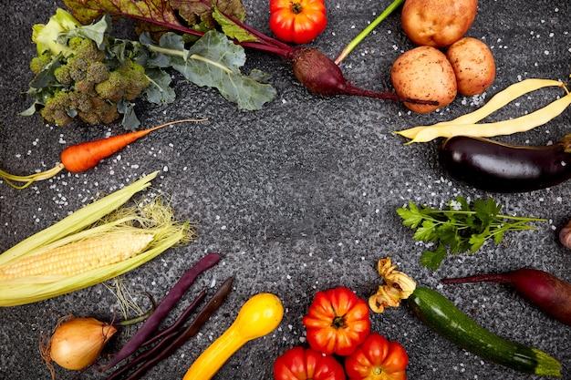 Unterschiedliches gemüse für das essen gesund auf schwarzem hintergrund.