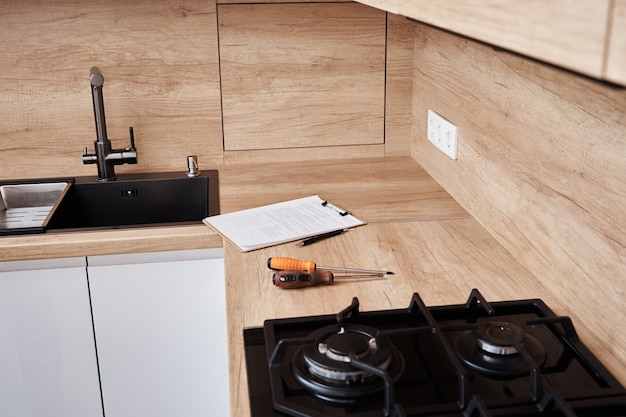 Unterschriebener servicevertrag auf dem tisch in der küche