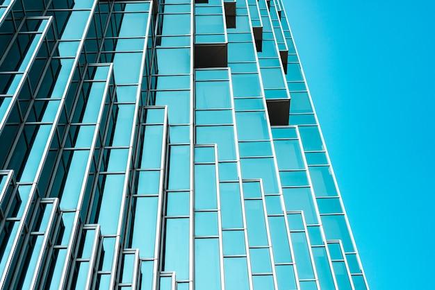 Unterseite panorama- und perspektivansicht zu stahl-tiffany-blauglas-hochhaus-wolkenkratzern, geschäftskonzept erfolgreicher industriearchitektur