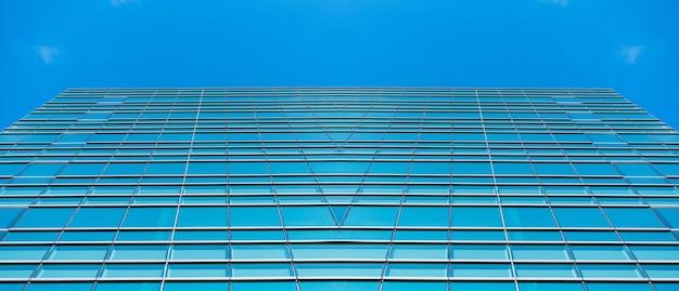 Unterseite panorama- und perspektivansicht zu stahlblauen glashochhaus-wolkenkratzern, geschäftskonzept erfolgreicher industriearchitektur