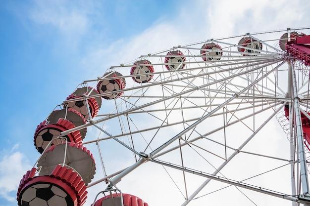Unterseitenansicht eines riesenrads auf dem blauen himmel