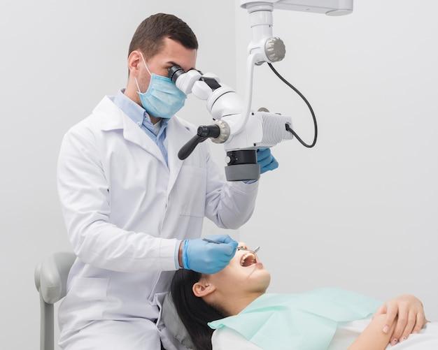 Untersuchungsfrau des zahnarztes
