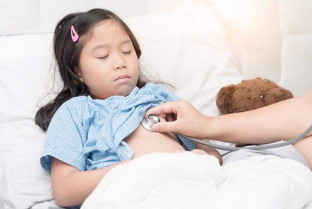 Untersuchungskinderpatient doktors mit stethoskop im krankenhaus. kindergesundheit konzept