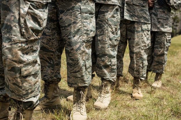 Unterteil der militärsoldaten, die in der schlange stehen