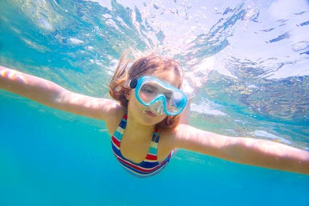 Unterwasser-schutzbrillen und badeanzug des blonden kindermädchens schnorcheln
