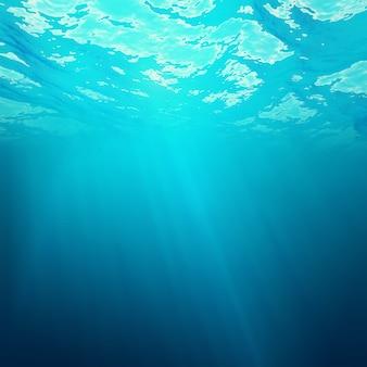 Unterwasseransicht der meeresoberfläche mit lichtstrahlen.