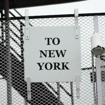 Unterzeichnen sie auf maschendrahtzaun, liberty island, manhattan, new york city, staat new york, usa