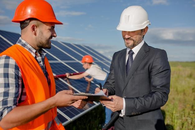 Unterzeichnende vereinbarung des kunden an der solarenergiestation.