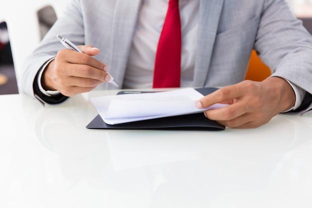 Unterzeichnender vertrag des geschäftsmannes