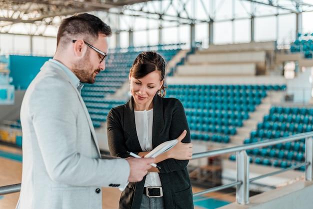Unterzeichnender vertrag des managers in der sporthalle.
