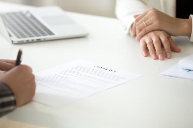 Unterzeichnendes geschäftsvertragskonzept, mann, der unterschrift auf rechtsdokument setzt
