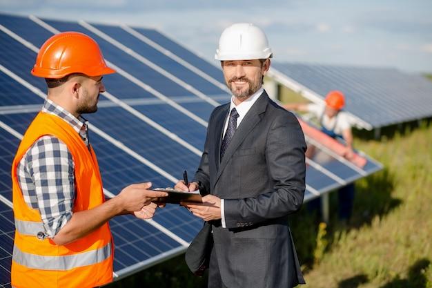 Unterzeichnung einer vereinbarung an der solarenergiestation.