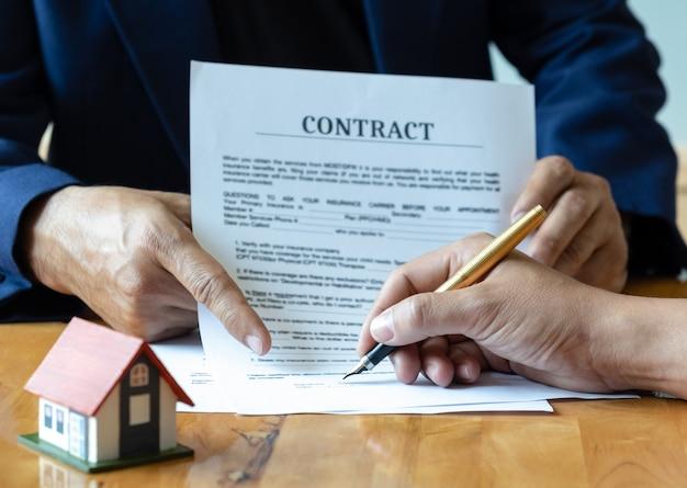 Unterzeichnung eines hauskaufvertrages.
