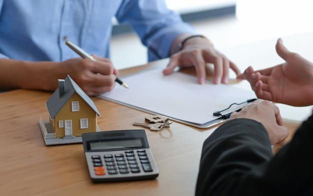 Unterzeichnung eines kaufvertrags zwischen käufer und verkäufer