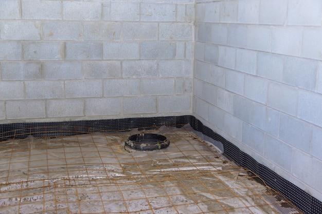 Unvollendete ansicht auf betonbodenkonstruktion des kellers leer im bau des hauses