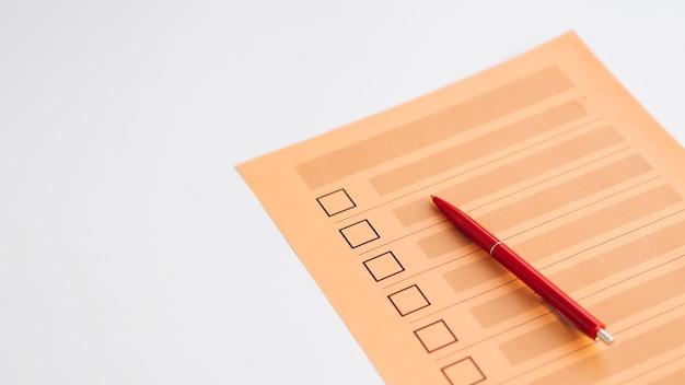 Unvollständiger abstimmungsfragebogen mit hohem blickwinkel