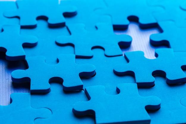 Unvollständiges puzzle mit fehlendem teil