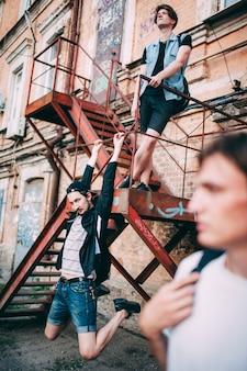 Unvorsichtige teenager hängen nach der schule zusammen. urban street youth lifestyle. freizeit freizeit kommunikation freundschaftskonzept