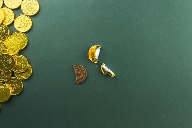 Unwrapped behandeln nahe stapel der münzen