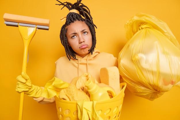 Unzufriedene afro-amerikanerin hat gekämmte dreadlocks sieht traurig aus