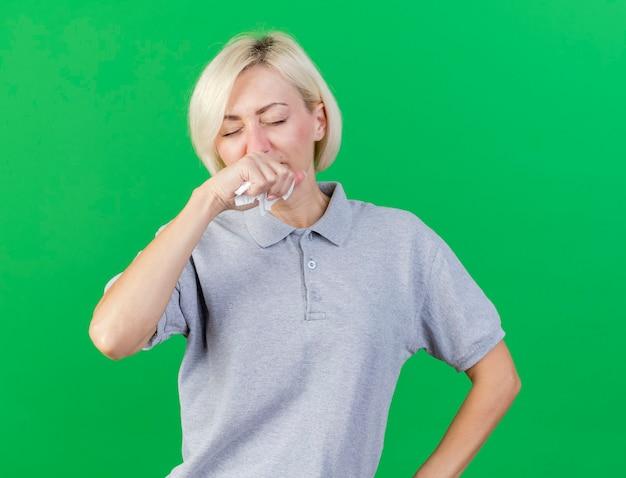 Unzufriedene junge blonde kranke slawische frau wischt sich die nase
