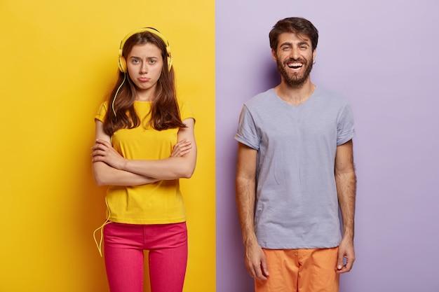 Unzufriedene junge frau hält die arme verschränkt, beleidigt nach streit mit freund, ignoriert live-kommunikation