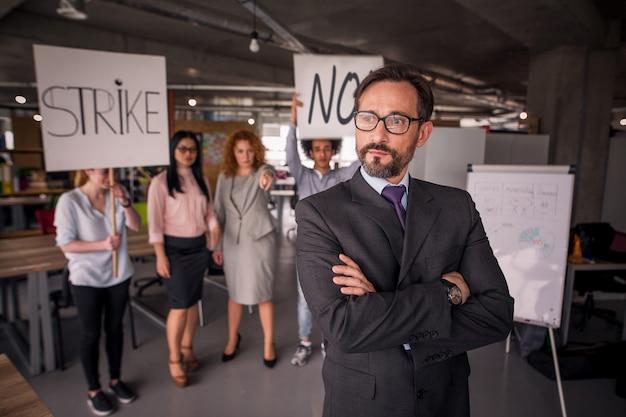 Unzufriedene mitarbeiter im streik im büro.