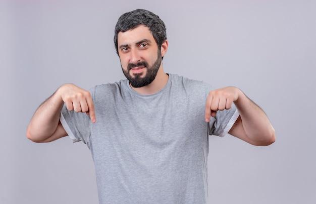 Unzufriedener junger hübscher kaukasischer mann, der lokalisiert auf weißem hintergrund zeigt