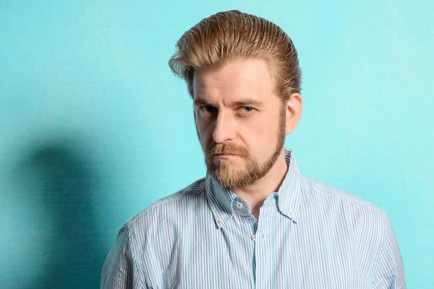 Unzufriedener rockabilly-mann vintage-stil der fünfziger jahre auf blau