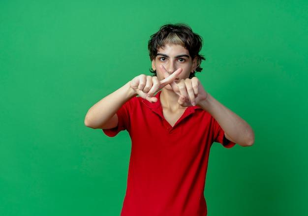 Unzufriedenes junges kaukasisches mädchen mit pixie-haarschnitt, der keine geste tut, die auf grünem hintergrund mit kopienraum isoliert wird