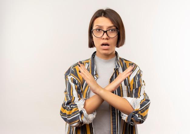 Unzufriedenes junges studentenmädchen, das eine brille trägt, die nicht auf kamera lokalisiert auf weißem hintergrund mit kopienraum gestikuliert