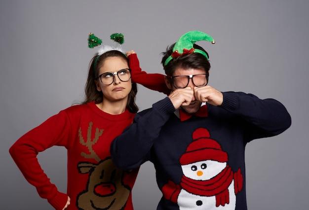 Unzufriedenes paar in der weihnachtszeit