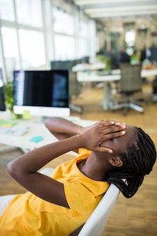 Upset weibliche grafikdesigner im büro