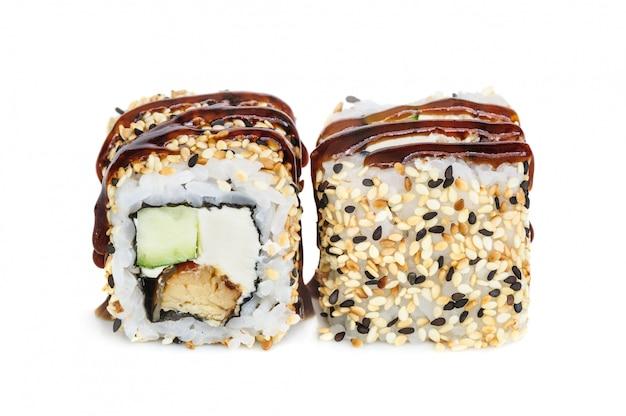 Uramaki-maki sushi, zwei rollen lokalisiert auf weiß