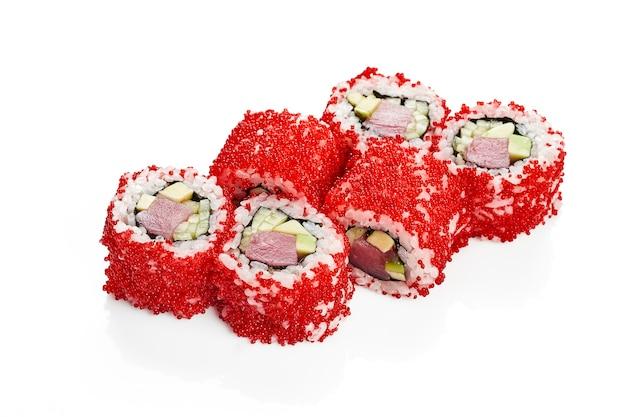 Uramaki sushi california roll in tobiko kaviar mit thunfisch, avocado und gurke. klassische japanische küche. lebensmittellieferservice. getrennt auf weiß.