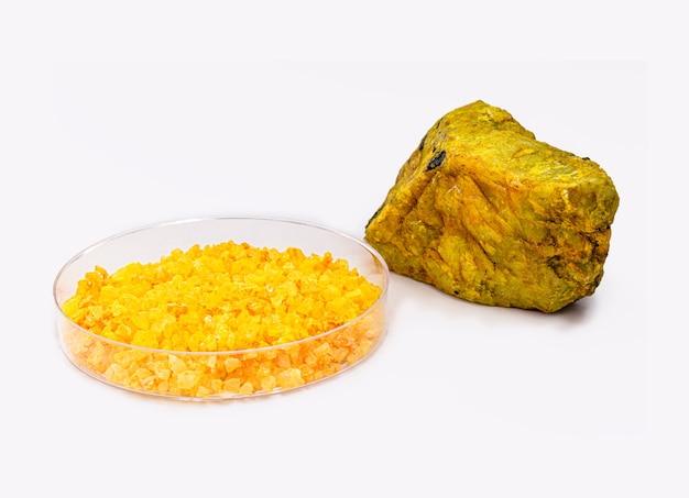 Uranylnitrat oder uran ist ein gelbes wasserlösliches uransalz. radioaktive verbindung, hergestellt durch umsetzung von uransalzen mit salpetersäure