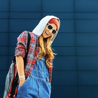 Urban fashion style mädchen. gehen sie zur universität. heller herbst.