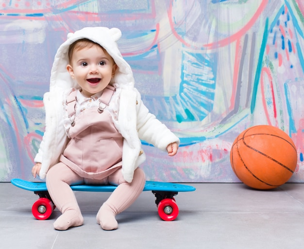 Urban look baby mit skateboard