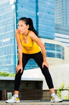 Urban sports - fitness in asiatischer oder indonesischer stadt