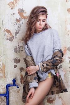 Urban trendiges mädchen mit bunten unordentlichen haaren in tarnjacke