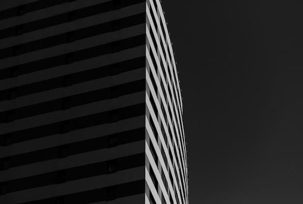 Urbane geometrie. moderne architektur schwarz und weiß. kontrast architektonisches design. künstlerisches bild sw.