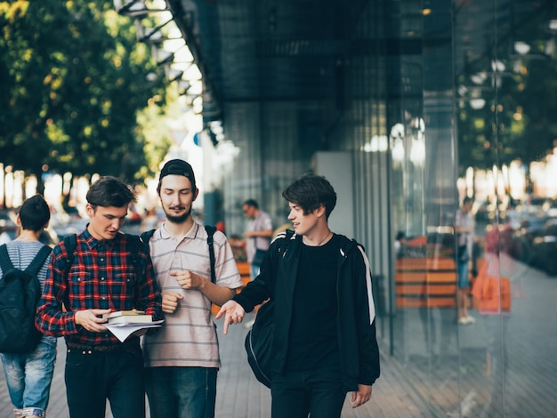 Urbaner teenager-hipster-lifestyle. jungen wählen eine zukünftige karriere, die sich auf den eintritt in die universität oder das college vorbereitet. bffs konzept