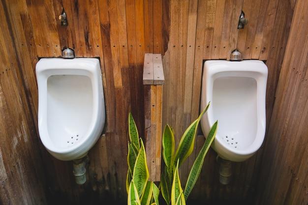 Urinal zwei hängen an der hölzernen wand, diy dekoration