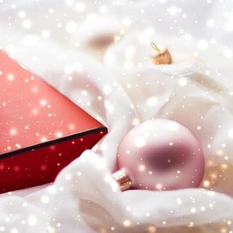 Urlaub branding glamour und dekoration konzept weihnachtszauber urlaub hintergrund festliche kugeln...